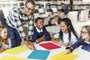 relação professor aluno em sala de aula