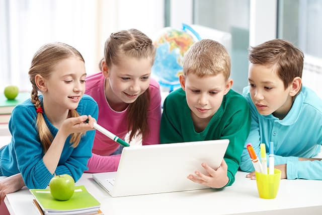 O que é ensino híbrido: definição, vantagens e 6 recomendações fundamentais para implementar na sua escola ou universidade